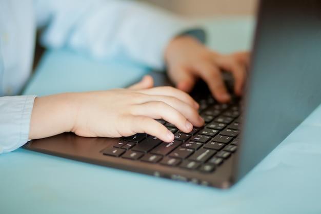 Arbeitsplatz schreibtisch mit laptop. arbeitsplatz schreibtisch mit laptop. kind lernt online. online-fernunterricht.