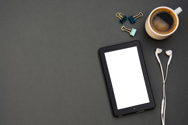 Arbeitsplatz. telefon, tablette und notizblock auf dem tisch.