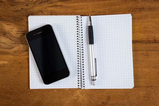 Arbeitsplatz. telefon und notizblock auf dem tisch