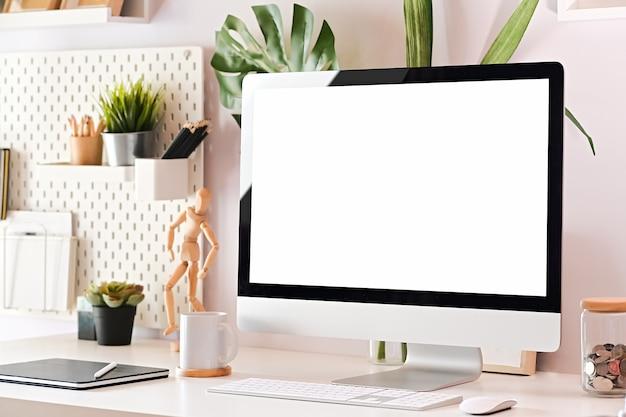 Arbeitsplatz und bildschirmcomputer