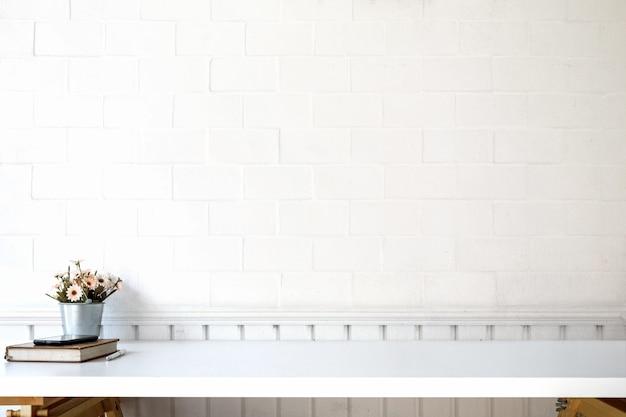 Arbeitsplatz und kopienraum mit büchern, kaffeetasse auf weißer tabelle.