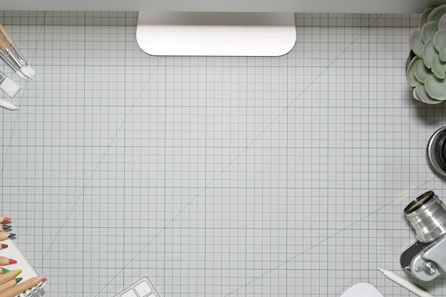 Arbeitsplatz und kreative handwerksgeräte auf schneidematte. arbeitsbereich und kopie raum