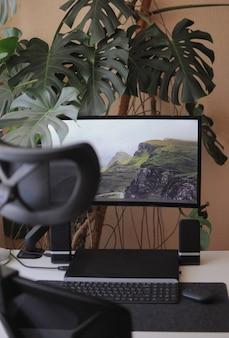 Arbeitsplatz zu hause mit gebogenem bildschirm und orthopädischem stuhl. innenraum innen mit pflanzen