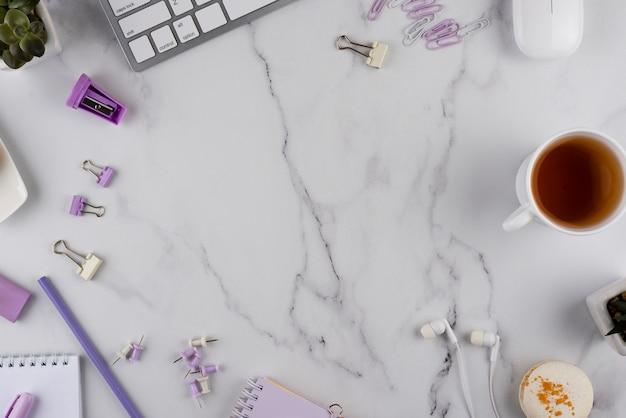 Arbeitsplatzelemente auf marmortisch flach legen
