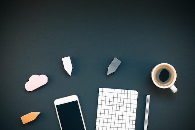 Arbeitsplatzschreibtisch mit smartphone und kaffeetasse