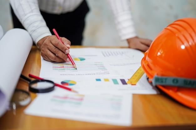 Arbeitsprojekt des architekten oder des ingenieurs mit werkzeugen im büro, baukonzept.