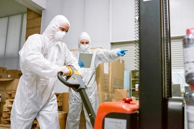 Arbeitsprozess im fabriklager