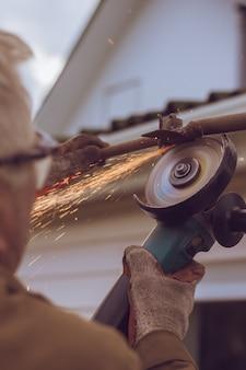 Arbeitsschleiferarbeitskraft schneidet metall