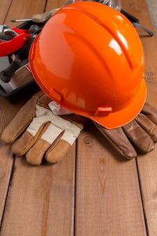 Arbeitsschutzelemente auf holztisch.