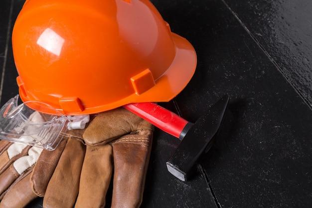 Arbeitsschutzkonzept auf holztisch. ansicht von oben