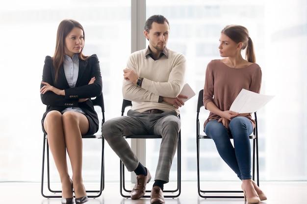 Arbeitssuchende konkurrieren um position, rivalität und konkurrenz zwischen geschäftsleuten