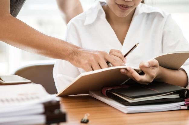 Arbeitsteam-sitzungskonzept co: asiatische geschäftsleute arbeiten und studieren zusammen mit dokument