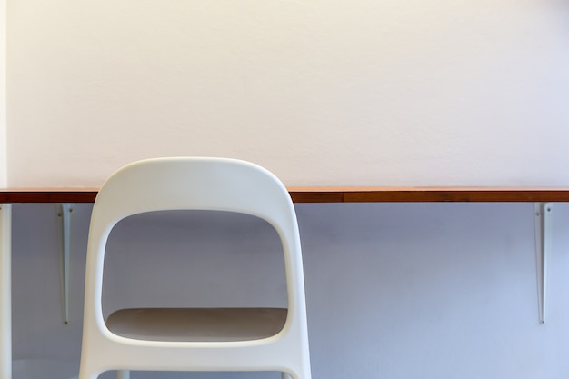 Arbeitstisch bar mit weißem stuhl