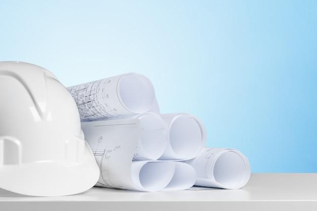 Arbeitstisch für schutzhelm und architekt