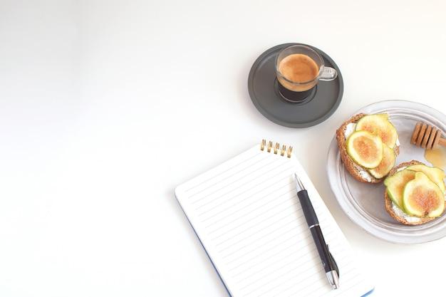Arbeitstisch geschäftskonzept tisch zurück in die schule notizblock stift schwarzer kaffee