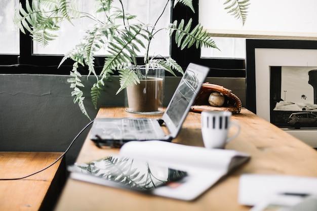 Arbeitstisch mit gadgets