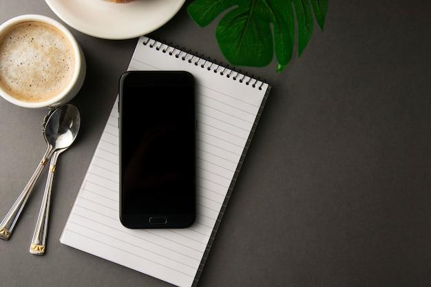 Arbeitstisch mit smartphone, tasse kaffee. minimalistischer stil.