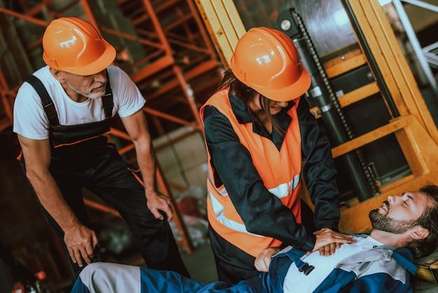 Arbeitsunfall gefährliche arbeit arbeiter, der sich unwohl fühlt