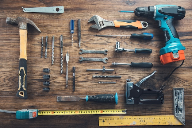 Arbeitswerkzeuge auf dem holztischhintergrund