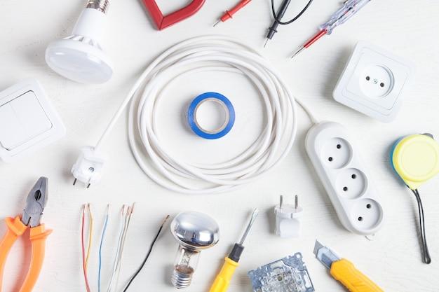 Arbeitswerkzeuge und komponenten. elektrische gegenstände