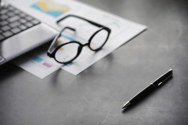 Arbeitszeit symbolisiert den desktop. schreibtisch mit papieren eines versicherungsmanagers und bankiers. büroangestellter am tisch. das konzept des zeitmangels.