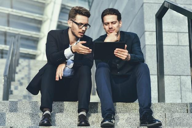 Arbeitszeit. zwei geschäftsleute diskutieren strategie auf der treppe