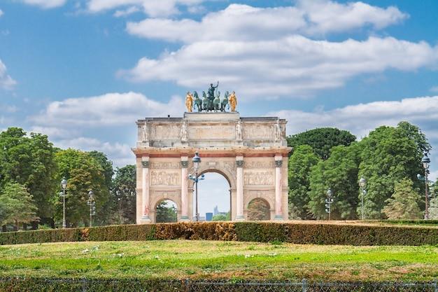 Arc de triomphe du carrousel im tuileriengarten am sonnigen tag, paris, frankreich,