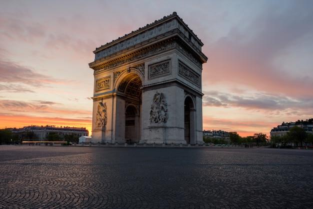 Arc de triomphe und champs elysees, sehenswürdigkeiten im zentrum von paris, bei sonnenuntergang. paris, frankreich