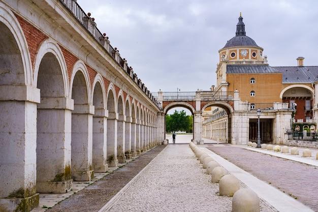 Arcade und außensäulen des königspalastes von aranjuez in madrid