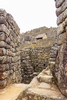 Archäologische überreste von machu picchu in den bergen von cusco