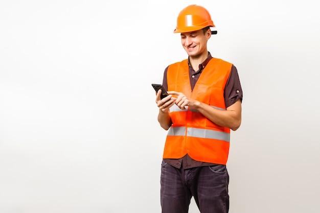 Architekt am telefon und schutzhelm isoliert auf weiß