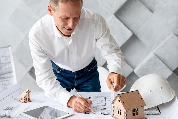 Architekt arbeitet an seinem projekt
