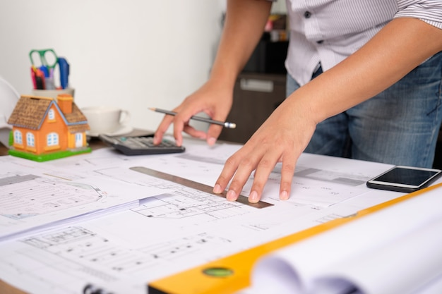 Architekt berechnet ingenieurstrukturen mit taschenrechnern.