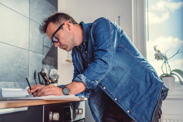 Architekt, der an einem küchenprojekt arbeitet