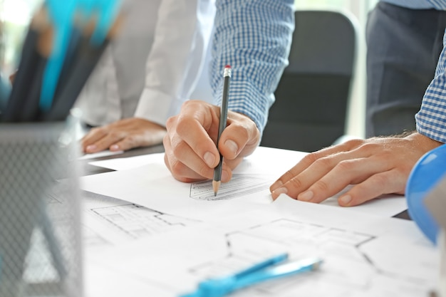 Architekt, der an einem projekt des gebäudes im büro arbeitet