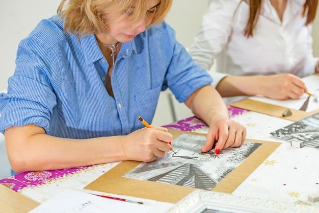Architekt, der blaupausen zeichnet. architekturingenieurkonzept