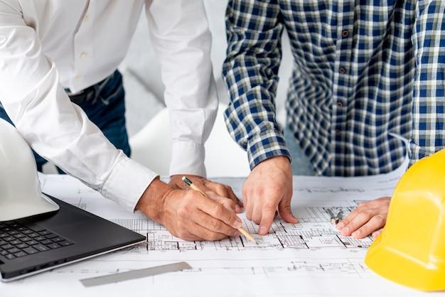 Architekt, der dem kunden projekt zeigt