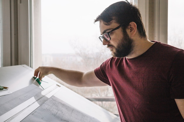 Architekt, der lichtpausen macht