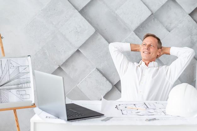 Architekt, der nach beendigung des projekts sich entspannt