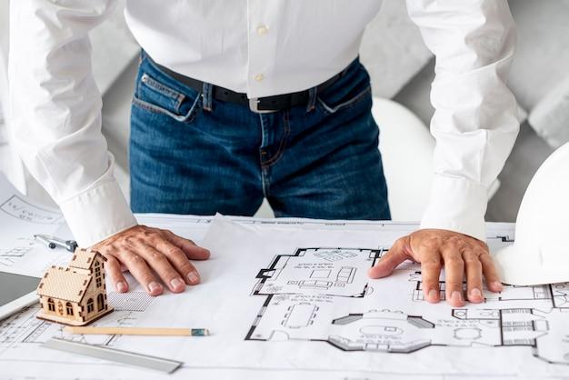 Architekt, der seine arbeit im büro erledigt