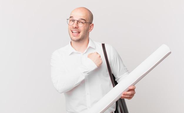 Architekt, der sich glücklich, positiv und erfolgreich fühlt, motiviert, wenn er sich einer herausforderung stellt oder gute ergebnisse feiert
