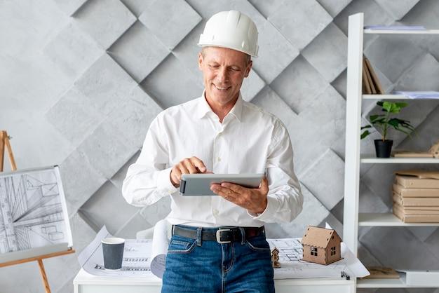Architekt, der tablette als inspiration verwendet