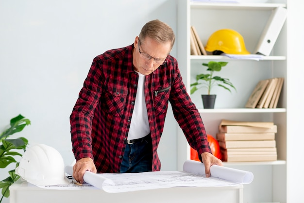 Architekt im büro projekt überprüfend