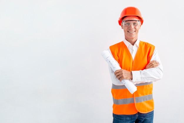 Architekt in der sicherheitsausrüstung mit kopienraum