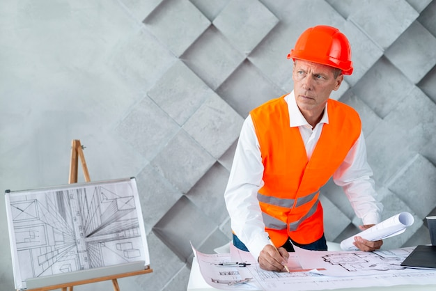 Architekt in sicherheitsausrüstung
