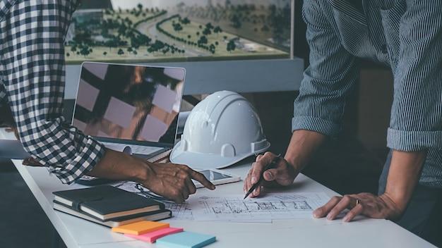 Architekt-ingenieur-design, das an blueprint-planungskonzept arbeitet. baukonzept