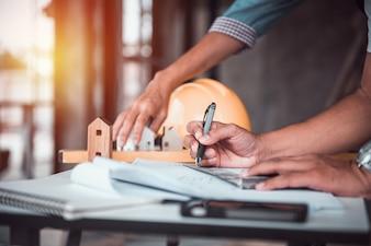 Architekt Mann arbeitet mit Blaupausen, Ingenieur Inspektion am Arbeitsplatz für architektonischen Plan, Skizze