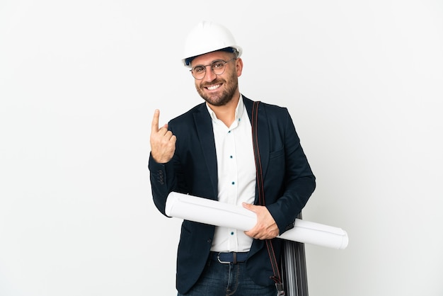 Architekt mann mit helm und blaupausen isoliert auf weißem hintergrund hält kommende geste