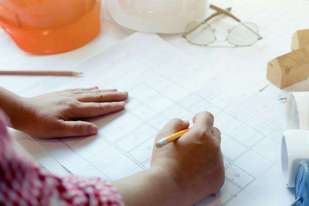 Architekt oder ingenieur arbeiten im büro