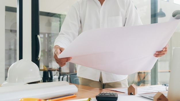 Architekt oder ingenieur, die im büro arbeiten